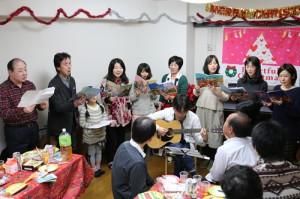 毎年恒例の合唱団。ギター伴奏をバックに。